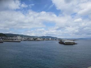 仮屋漁港・南波止先端向きを望む