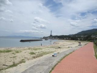 仮屋漁港横の海水浴場