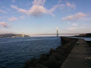 朝焼けに映えるの明石海峡大橋
